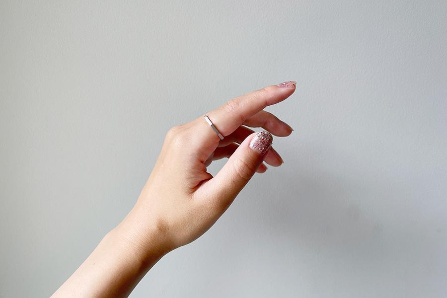 スパークリングルビー2度塗り。ラメ粒が大きく、単色でも存在感のある手元に