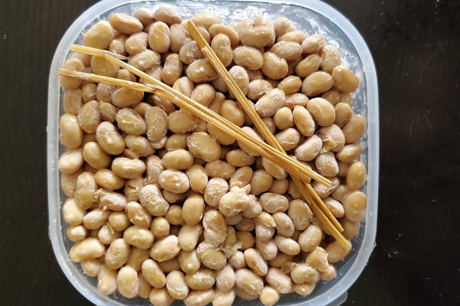 プラスチックパッケージに入った谷町納豆。天然の納豆菌がついたわらもそのまま入れて。賞味期限は2週間ほど。冷凍も可能