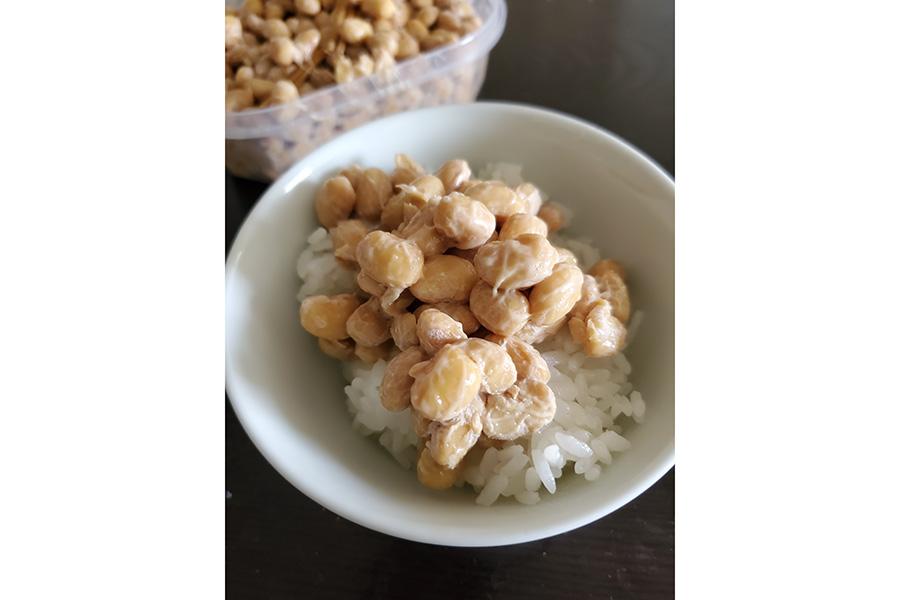 一般的な納豆に比べるとかなり大粒。食べ応えもしっかり。白ごはんはもちろん、熟成が進んだ谷町納豆は日本酒のアテにもぴったり