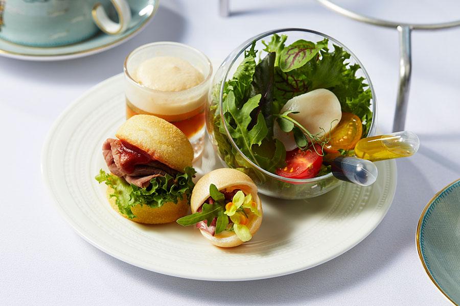 イングリッシュマフィン スコッチウイスキーの香るローストビーフ、帆立貝とトマトのサラダ バルサミコ酢 オリーブオイルなどが軽食として楽しめる