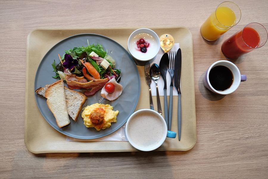 横浜ロイヤルパークホテルの総料理長が監修する朝食メニュー。パンは京都のベーカリー・進々堂の食パンとセレアルブレッド2種を使用