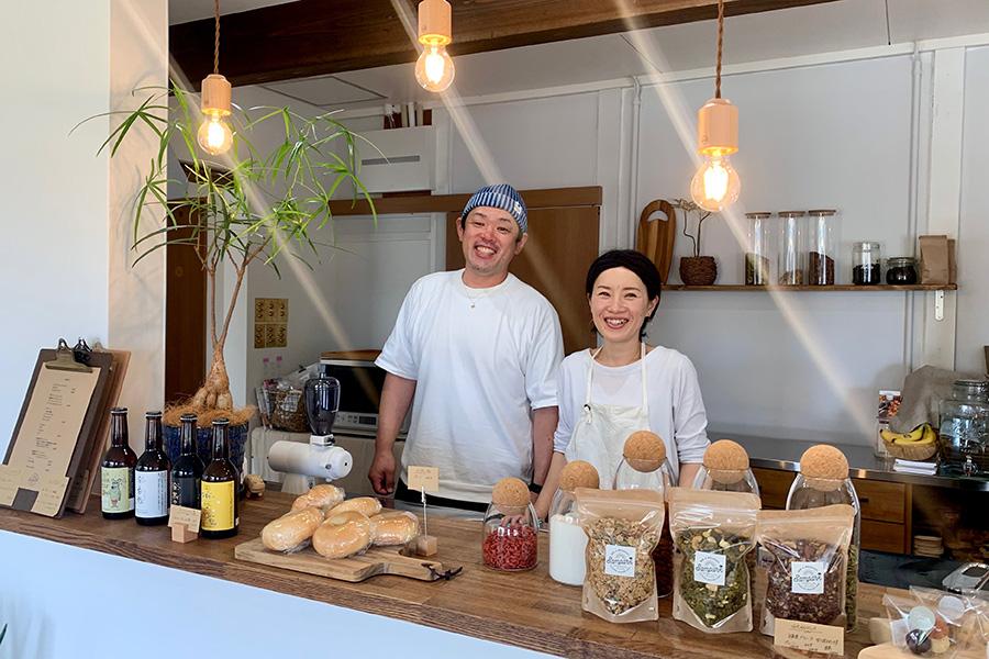 オーナーの橋本さん夫妻。敬太さんは打楽器奏者でもあり、カフェにもジャンベが置かれている。加幸さんは白浜、敬太さんは上富田町出身だから、周辺のお店との繋がりも深い