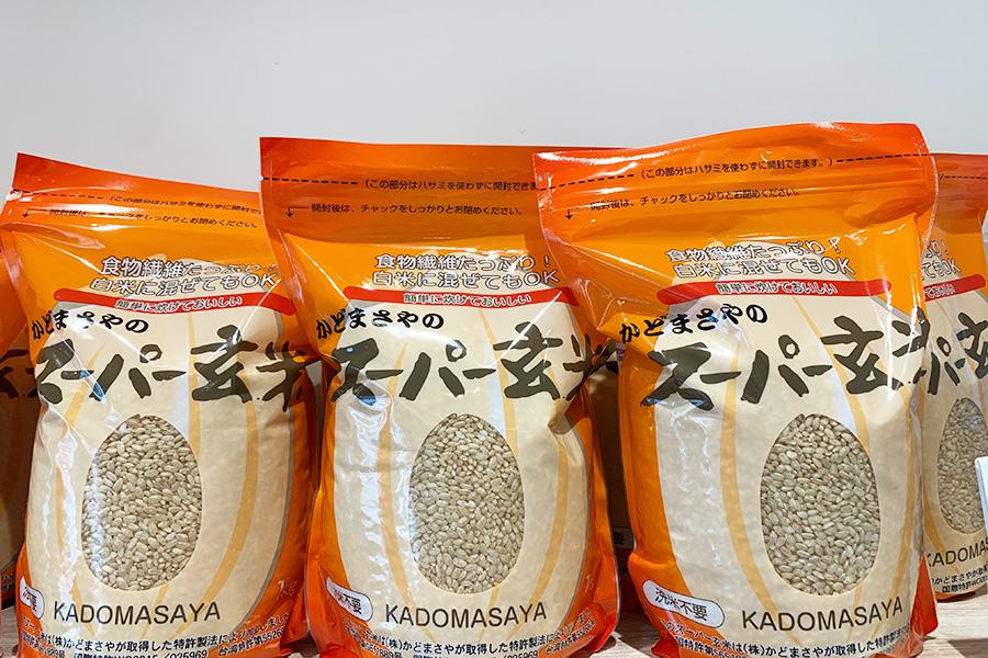 赤飯に使用しているスーパー玄米も販売。1kg1100円。浸水する時間も、一般的な白米と同じくらいで炊ける