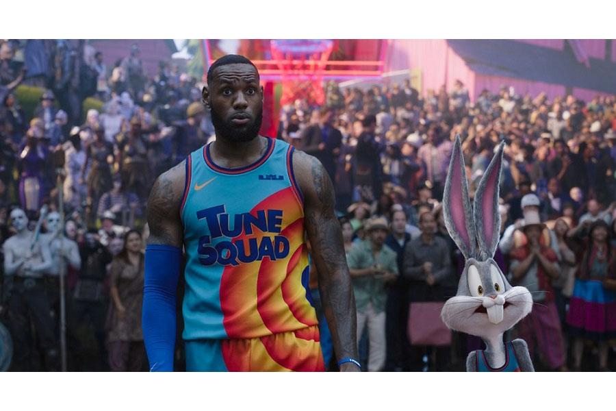 レブロン・ジェームズ(左)とバッグス・バニー (C)2021 Warner Bros. Entertainment Inc. All Rights Reserved.