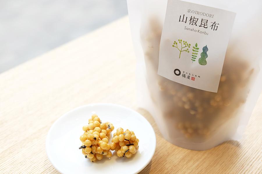 小豆島の老舗醤油店「金両」のだし醤油と、京都「長文屋」の山椒を使った「京のIRODORI・山椒昆布」(486円)は佃煮のような味わいで酒のアテにも