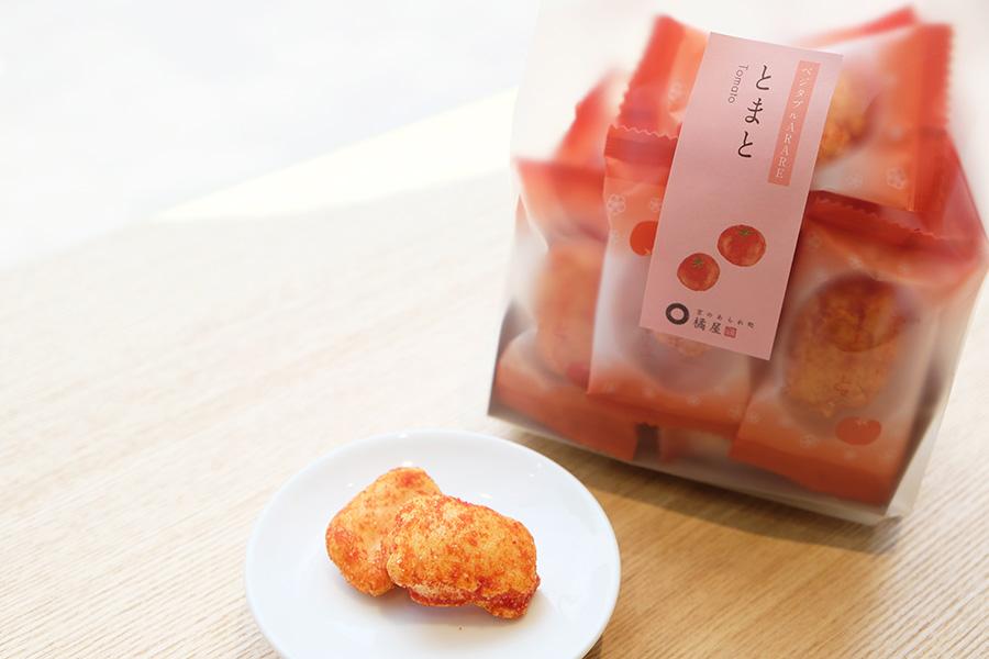 トマトピューレを練り込み、トマトパウダーを振りかけた、甘酸っぱい「ベジタブルARARE・トマト」(378円)