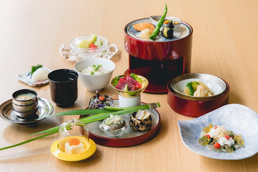 「KIZAHASHI」の日本料理弁当は、先付、御椀、三段の弁当箱、食事、デザート