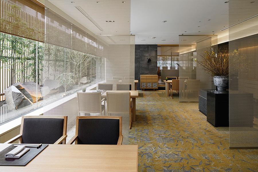 開放的なモダンな日本料理店「KIZAHASHI」
