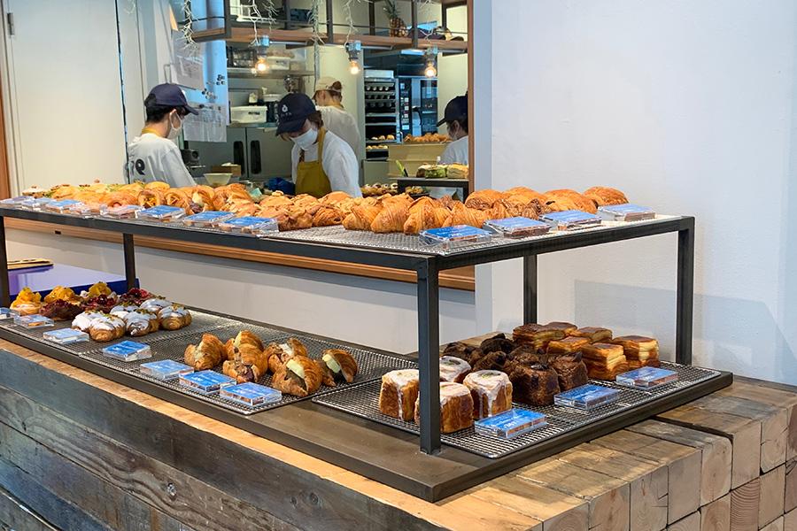 入ってすぐのところにある棚にはバリエ豊富なクロワッサン、デニッシュ、パイがずらりと並ぶ