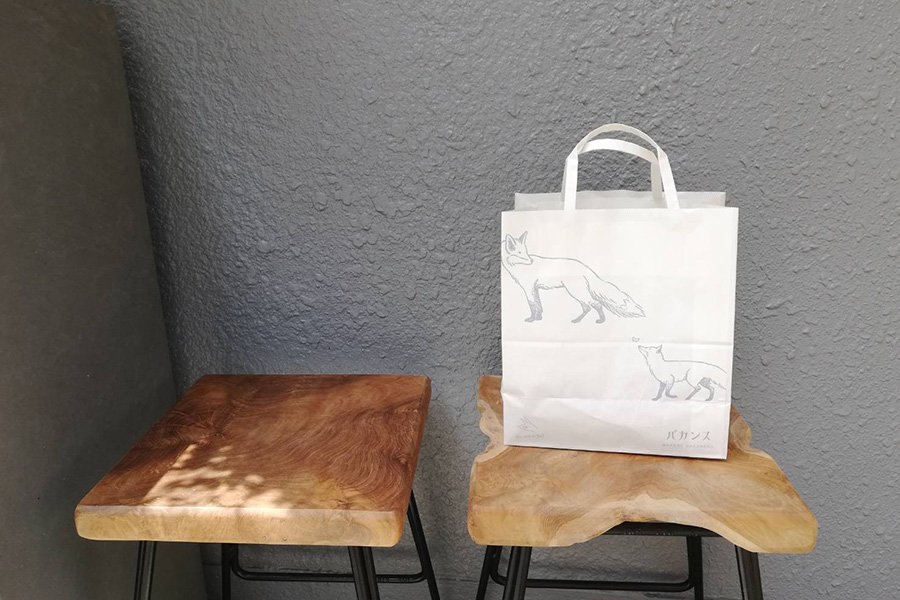 狐がデザインされたペーパーバッグ