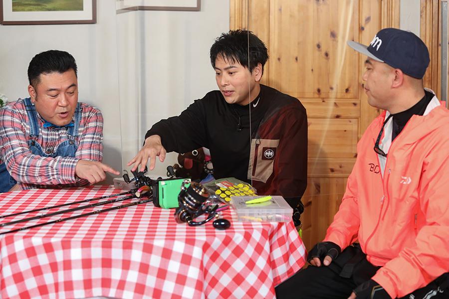 ゲストの2人からレクチャーを受ける山崎(C)ABCテレビ