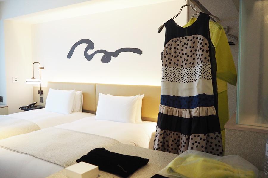 部屋に入るとオーダーしていたドレスがかかっていた!部屋に全て準備されているので、身軽にホテルに行けるのも魅力のひとつ