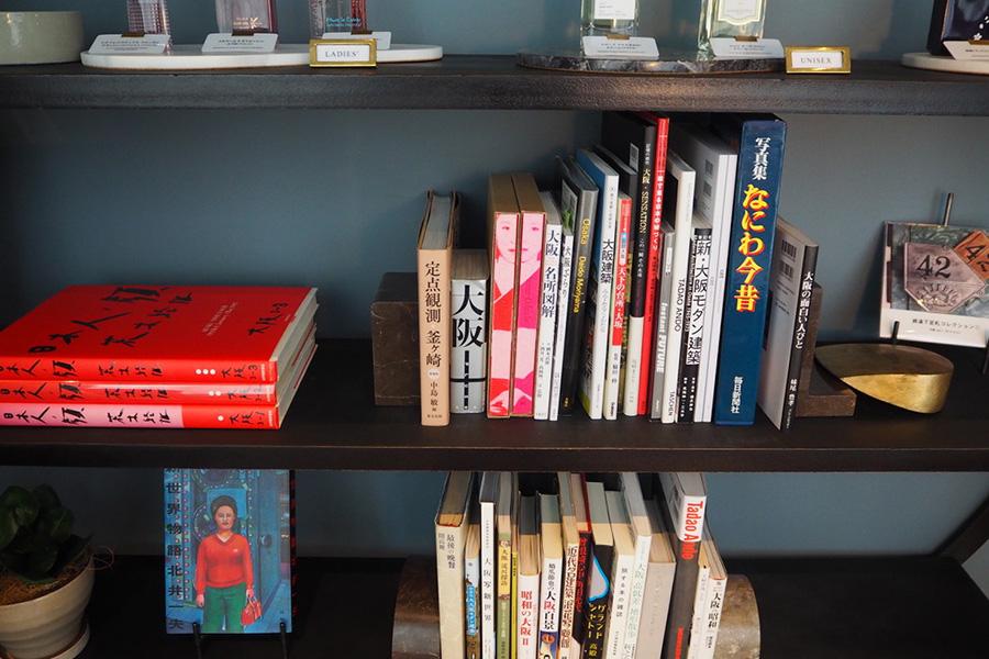 多目的ルーム「Room 001」の読書コーナーには、担当者の「大阪をより近くに感じてもらいたい」という思いを込めて、大阪にまつわる本が並べられている