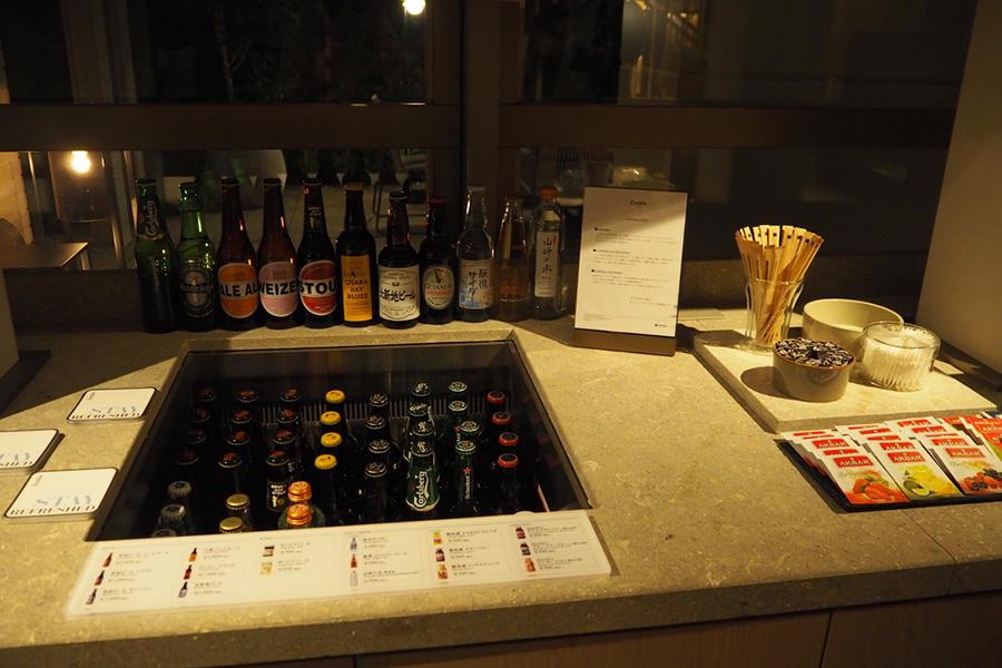 ゲストラウンジ(1F)にあるミニバーでは、「箕面ビール」「北新地ビール」から「能勢ジンジャーエール」など選りすぐりのドリンクが揃っていて、買って部屋で飲むことが可能