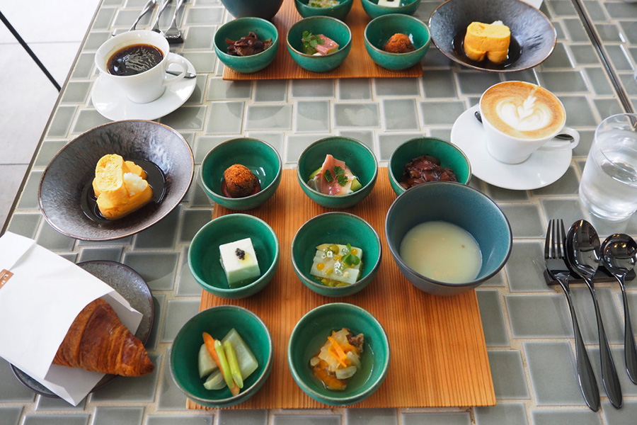 朝食は和・洋の2種類から選べ、洋を選択。「朝食のお皿もかわいい・・・。」