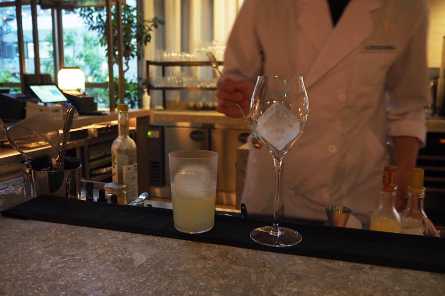バーテンダーが食事に合うカクテル(緊急事態宣言中はノンアルコールカクテル)を作ってくれる(プラン外)