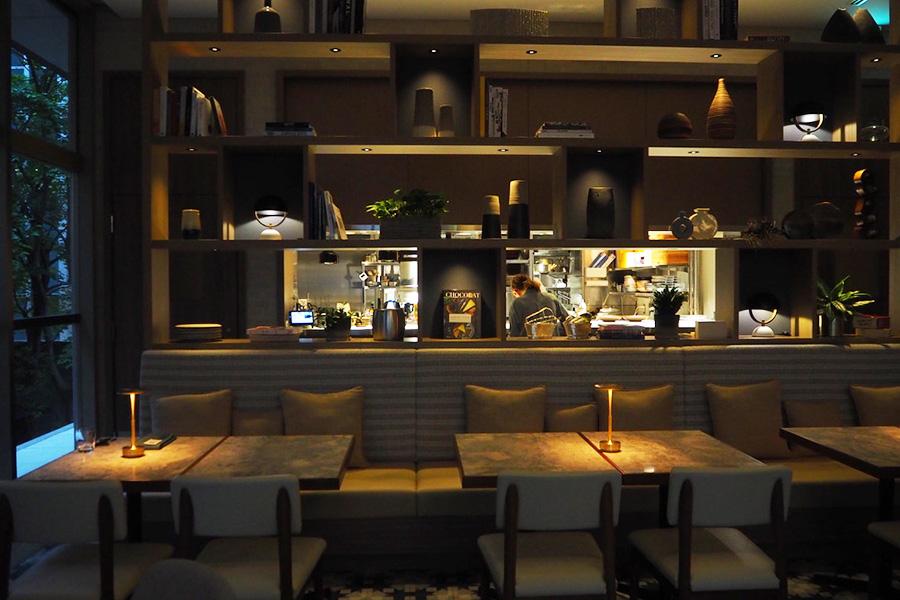 ディナーは落ち着いた雰囲気のレストランで