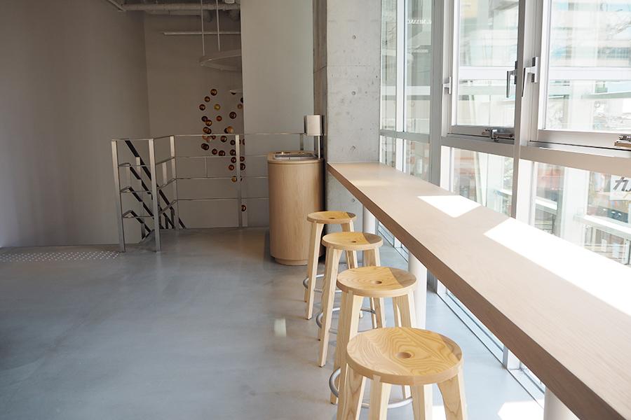 2階スペース。大きな窓で開放的な空間に