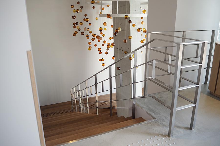 2階部分へとつなぐ階段の途中にシャンデリアを設置