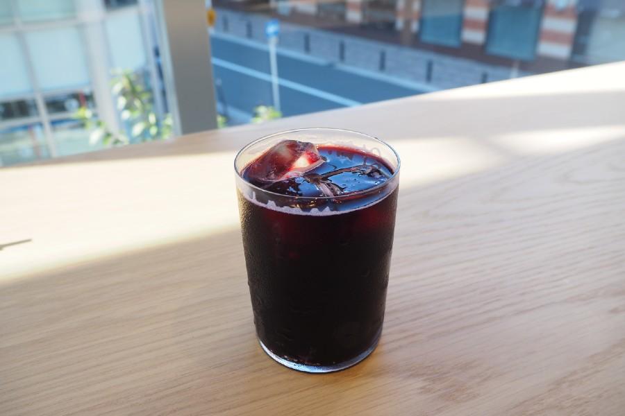 同店先行発売のドリンク「コールドブリュー ブルーベリー フィズ」(605円)は、果実の酸味ですっきりと飲みやすく、これからの季節にぴったり