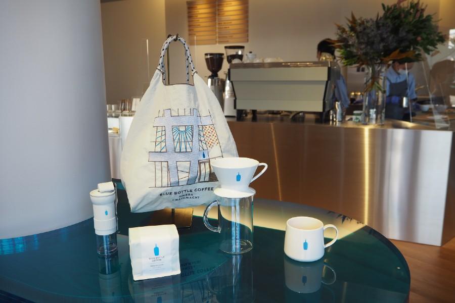 オープンを記念し、「梅田茶屋町カフェ」を刺繍デザインに落とし込んだオリジナルのエコバックも販売