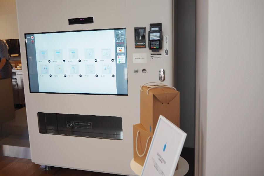 ブルーボトルコーヒー専用自動販売機。タッチパネル式で、限定セットなどを販売。手前のオリジナルボックスに入って商品が出てくるそう