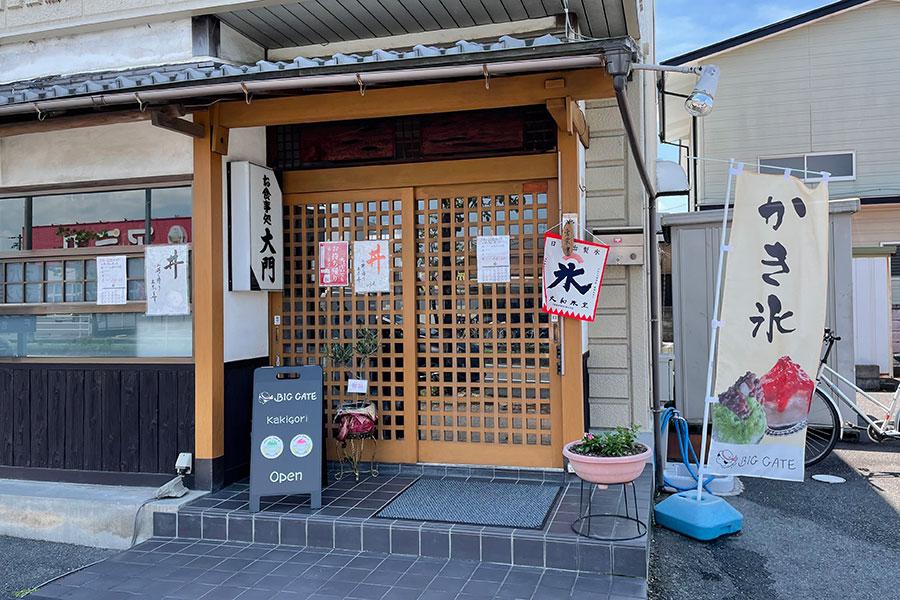 地元で人気のうどん屋「大門」。かき氷の営業がある日は、「CAFE BIG GATE」の看板が登場する