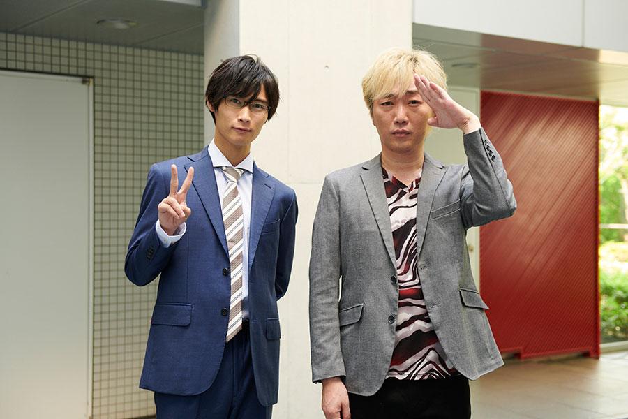 第2話にカメオ出演した小沢一敬(右)と、主演の橋本良亮(A.B.C-Z)(C)ABCテレビ