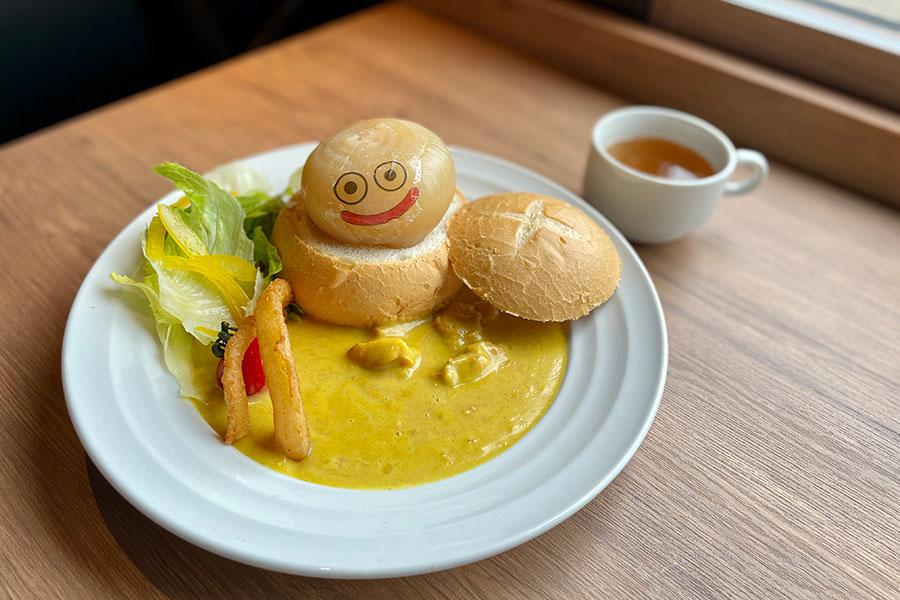 たまねぎスライムのオニオンカレー1600円。くりぬいたパンの中には淡路島の甘い玉ねぎとチキンが隠れているマイルドなカレーは子どもでも食べやすい味に