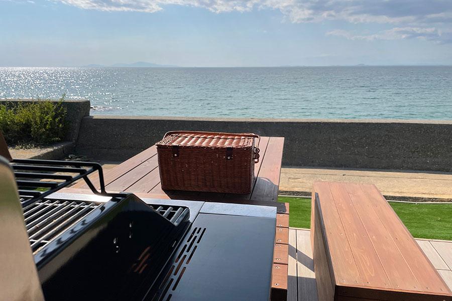 BBQやピクニックが楽しめる「Frogs FARM PICNIC GARDEN」海面がきらめく姿を眺めてのんびり過ごせるのも魅力