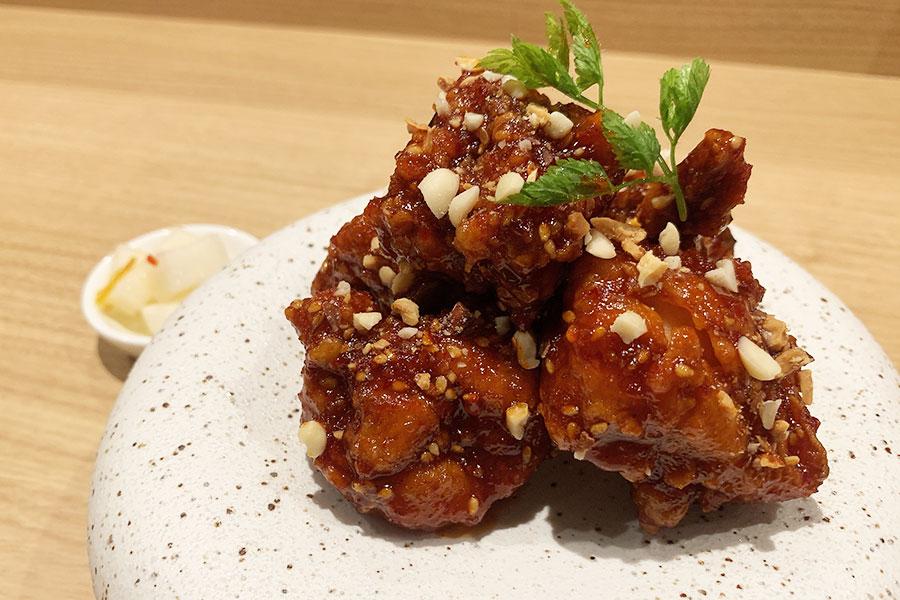 韓国の定番料理で日本でも若い世代にブームが訪れているヤンニョムチキン(小)790円