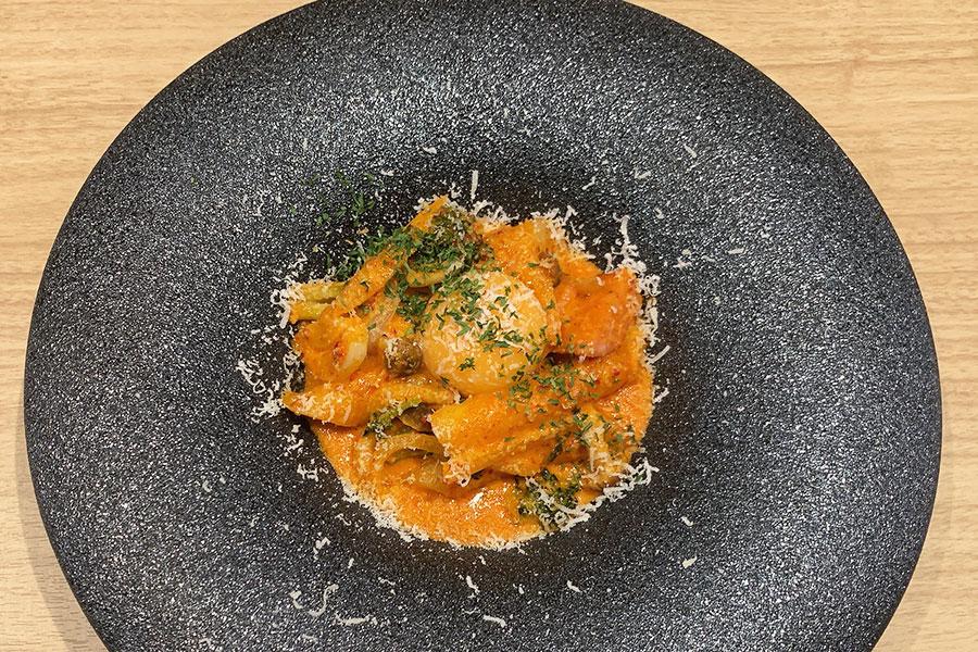 韓国で流行っている生クリームで作られたロゼトッポギをアレンジ。生クリームのほか、パルミジャーノチーズや卵黄、バターを使ったカルボナーラトッポギ1090円