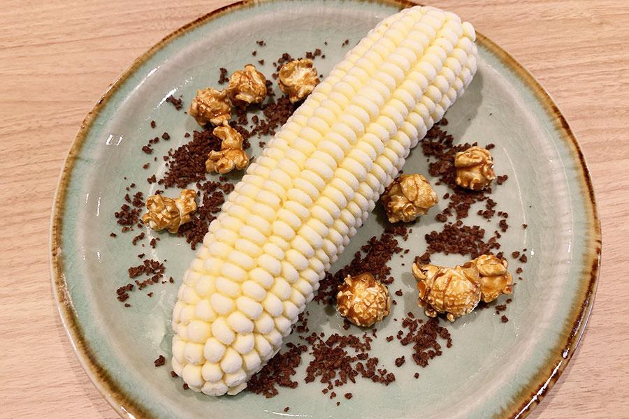 韓国では昔から親しまれているトウモロコシアイスをデザートにブラッシュアップ。トウモロコシ味のアイスクリームのまわりにはクランチチョコとキャラメルポップコーンを散らし、畑でとれた新鮮なとうもろこしをイメージ。990円