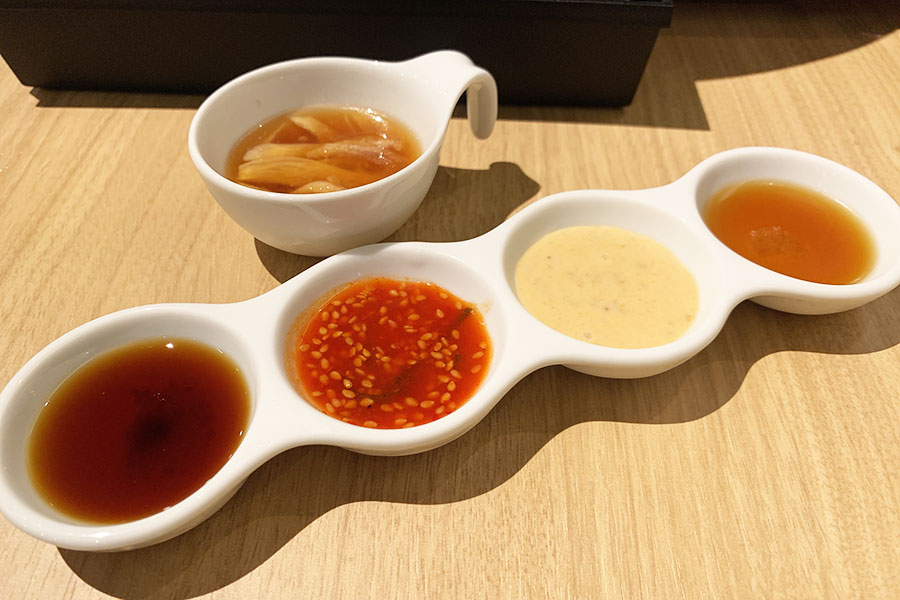 サムギョプサルの付けダレは胡麻油塩、味噌マヨネーズ、梅キムチソース、バーベキューソース、ポン酢だれの5種類を用意
