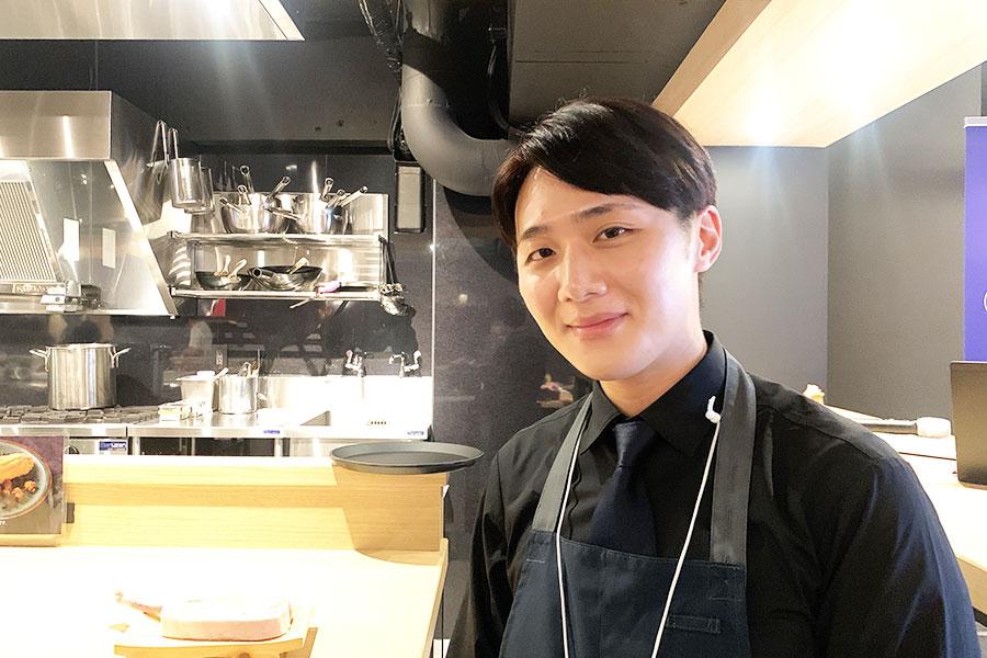 韓国で生まれ育った店長、パク・ジェヒョンさん。日本の大学に留学経験もあり、日本語も堪能