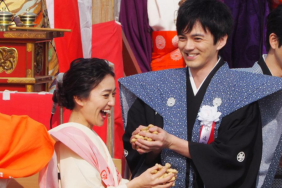 節分祭に参加し、笑顔の大島優子と林遣都(2020年2月3日・成田山不動尊)
