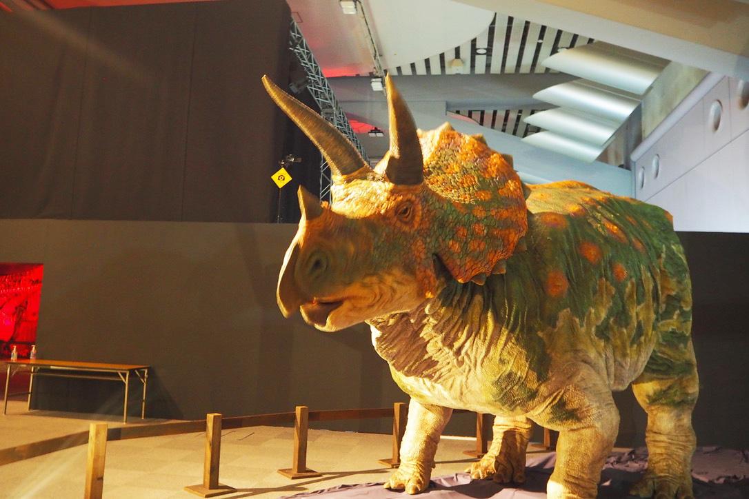 トリケラトプスのロボットは、むしゃむしゃと食べ物を噛む仕草が特徴的