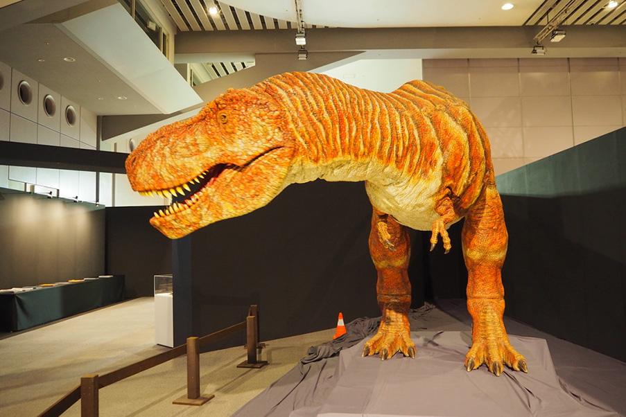 本物のような皮膚の質感を持つティノサウルスのロボット