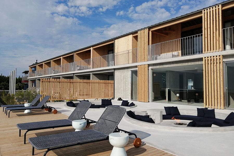 ホテル「KAMOME SLOW HOTEL」はリゾート気分を満喫できるスタイルに