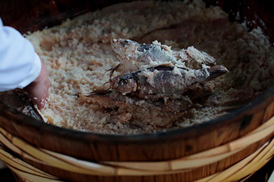 左嵜家に代々伝わる鮒寿司は、台風の被害を奇跡的に免れた蔵の菌で漬けられる(写真提供:湖里庵)
