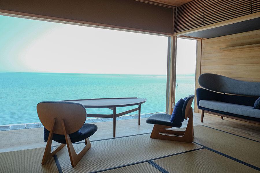 2階の宿泊エリアは畳敷きに。体にピタッとなじむ北欧家具に腰掛けて湖を眺めれば、時の流れを忘れてしまう