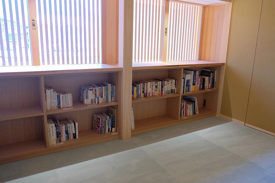 2階には、店ゆかりの文豪・遠藤周作の著作を並べた本棚も