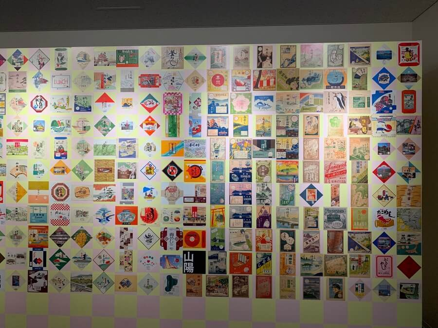企画展『鉄道と食のいろどり』の会場には駅弁の絵柄が壁一面に(6月29日・京都鉄道博物館)