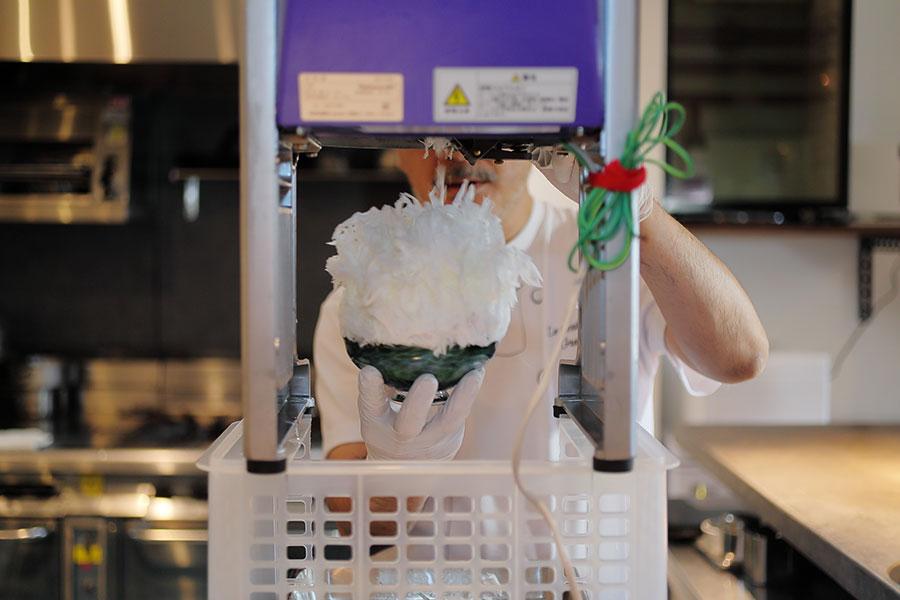 奈良の多くのかき氷店では、池永鉄工製の「swan」という削氷マシンでじゅわっとシロップが染みこむようなウェットな氷に仕上げているお店が多いなか、中部コーポレーション製の削氷マシン「Hatuyuki」でサクサクとした氷の食感を目指す