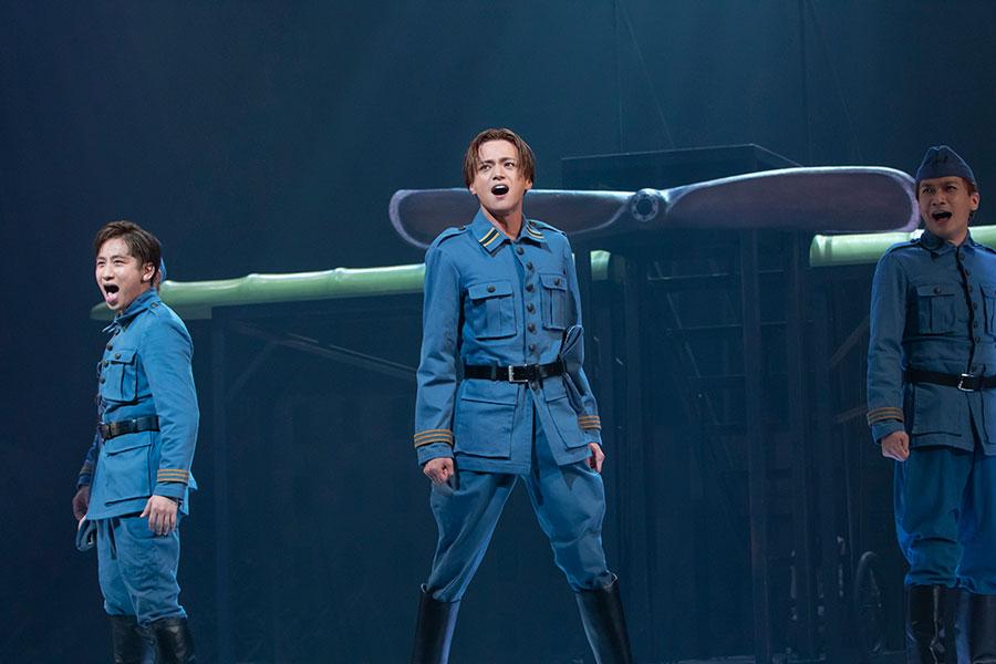 心に熱い思いを秘めている、戦闘機パイロットのアルマンを演じる三浦涼介。撮影:岡千里