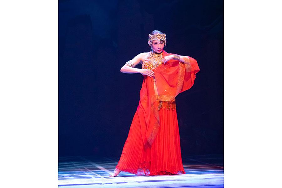 初演でマタ・ハリを好演した柚希礼音が再び同役に挑戦。妖艶な踊りから一途な愛の表現まで見せる。撮影:岡千里