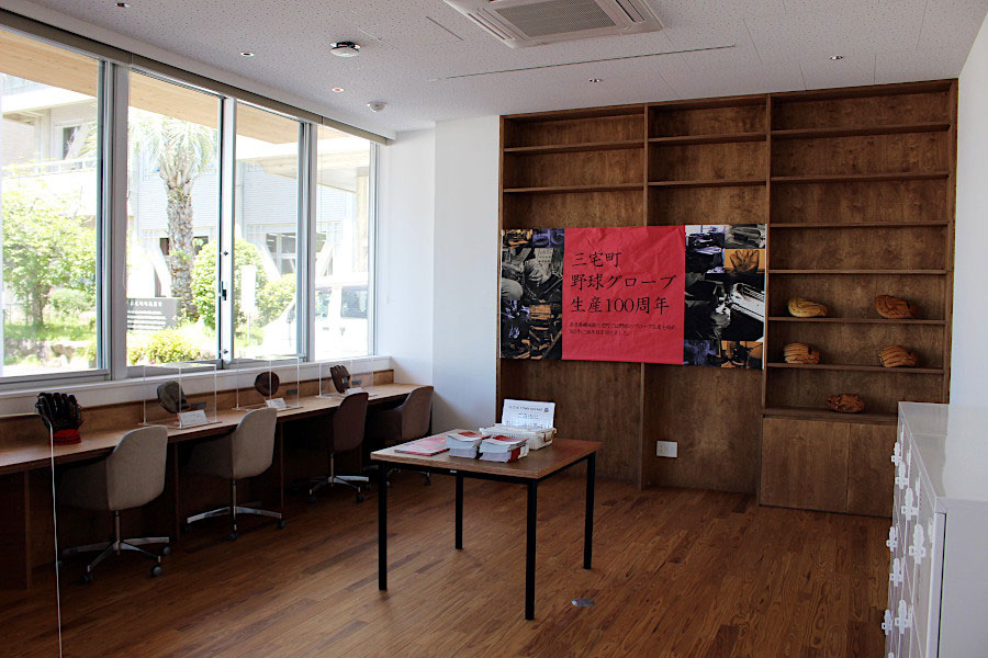 1階のコワーキングカフェ。1972年当時、野球グラブの生産量で国内シェアの90%を奈良県が占め、そのなかでも三宅町は一大産地だった。その技術は「三宅の匠」として現代にも受け継がれている