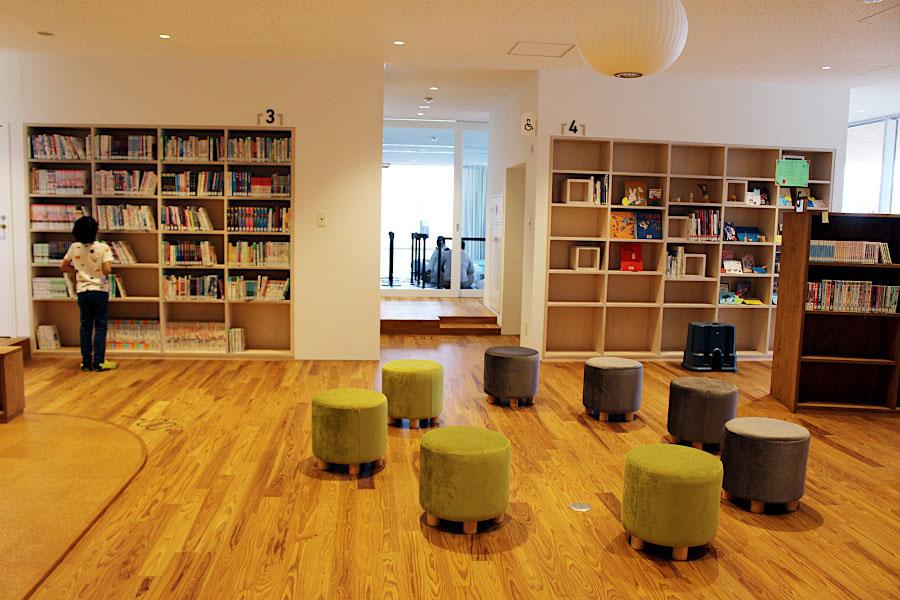 三宅町内には図書館がなく、今までは公民館の片隅に小さな図書スペースがあるのみだったが、本格的な図書フロアが2階に設けられた(児童書も豊富で奥は学童クラブになっており、近くの小学校から直ぐに来れるようになっている)