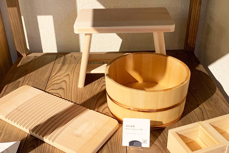 「みまる道具店」に並ぶ「倉日用品店」の風呂桶、椅子など。洗濯板を使って、洗濯してみても