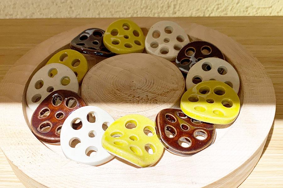 「みまる道具店」に並ぶ輪切りのレンコンの形が愛らしいお箸置き